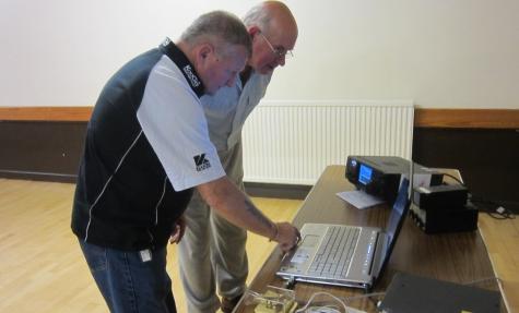Gwyn G4FKH demonstrating Logger32 to John G8DET
